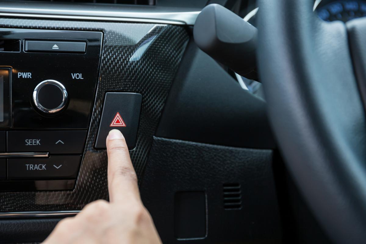 Nút bật đèn cảnh báo trên ô tô.