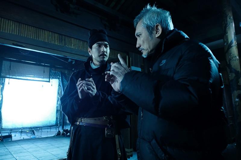 Đạo diễn Từ Khắc hướng dẫn Triệu Hựu Đình trong một cảnh quay.