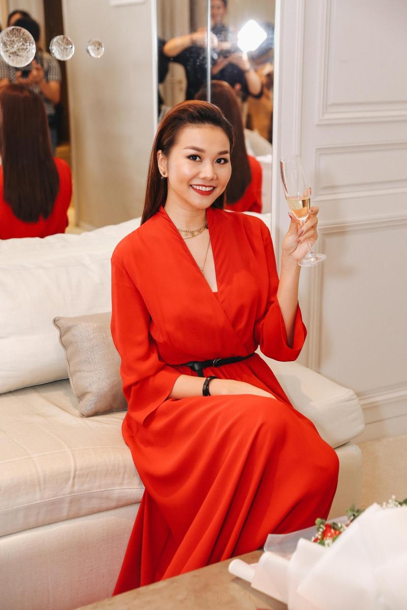 Siêu mẫu Thanh Hằng mặc một thiết kế đầm đỏ của Dior.