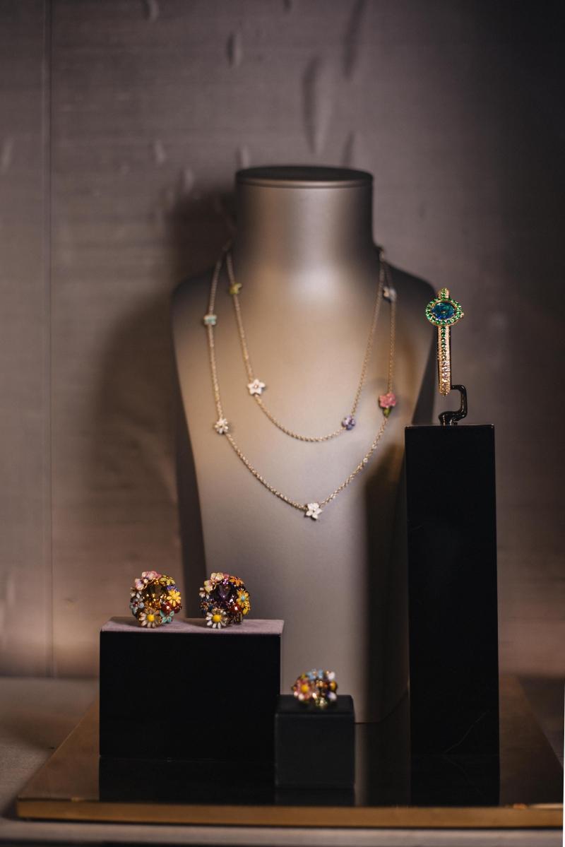 Những thiết kế trang sức tuyệt đẹp của Dior với những viên đá nhiều màu sắc.