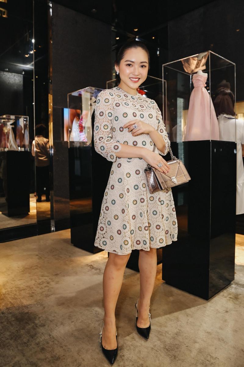 Blogger Chloé Nguyễn trẻ trung và nữ tính trong một thiết kế đầm tay lỡ cùng túi xách Diorama ánh bạc.