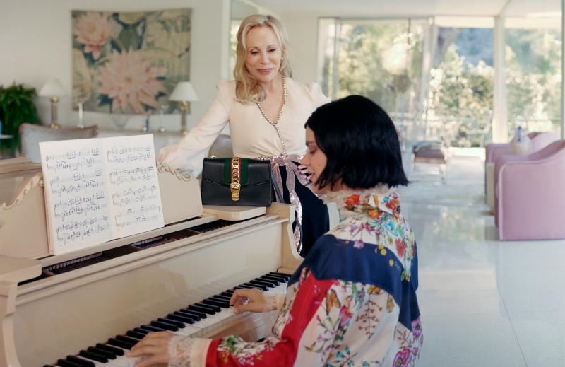 Xuất hiện cùng với nữ diễn viên Faye Dunaway trong chiến dịch quảng cáo của Gucci lần này là nữ ca sĩ người Pháp SoKo trong vai người con gái.