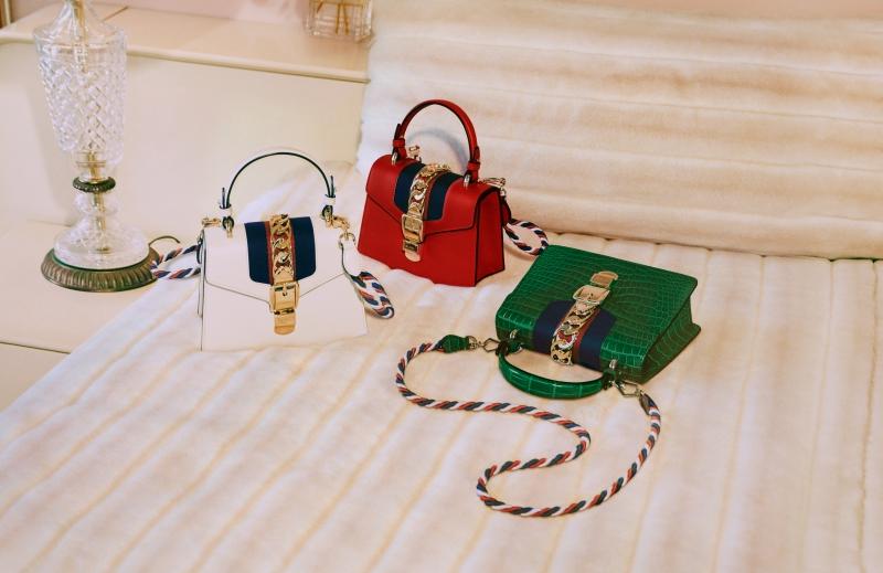 """Và không thể không nhắc đến """"nhân vật"""" thứ 3 trong chiến dịch quảng cáo mới của Gucci, chiếc túi xách Sylvie. Với nhiều phiên bản khác nhau, túi xách Sylvie của Gucci đã trở thành một trong những biểu tượng mới của nhà mốt Ý, được các tín đồ thời trang hết mực ưa chuộng."""