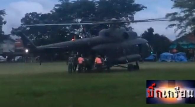 Video cảnh trực thăng đưa các cầu thủ nhí tới bệnh viện Chiang Rai
