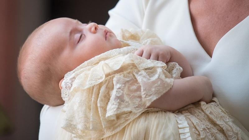 Hoàng tử nhí nước Anh mặc váy, ngủ ngoan trong vòng tay mẹ ở lễ rửa tội