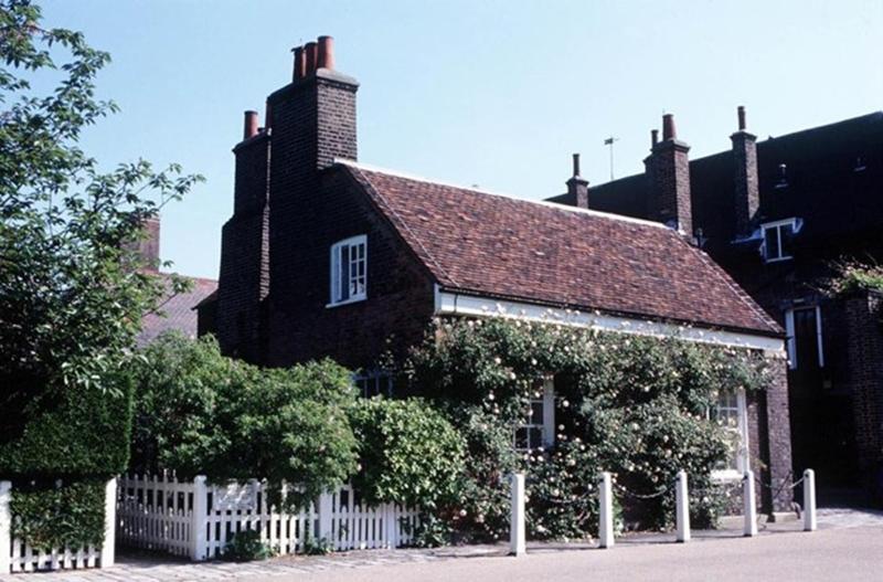 Bên trong Nottingham Cottage có hai phòng ngủ, một phòng khách nhỏ, nhà bếp và phòng tắm