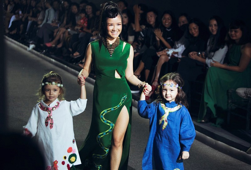 Hồng Nhung luôn để hai thiên thần nhỏ bên cạnh mình trong những show diễn lớn nhỏ.