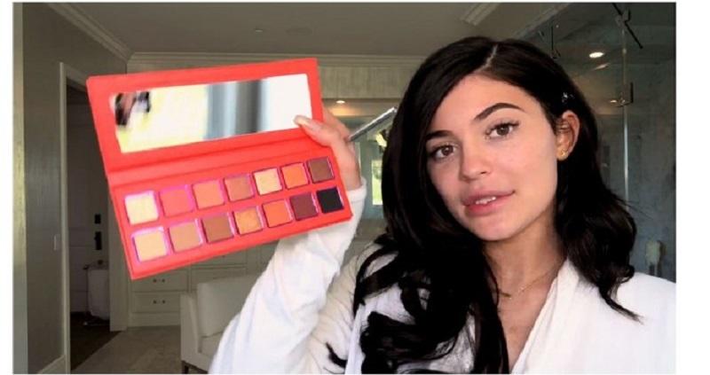 Kylie Jenner đã gián tiếp giới thiệu bảng màu mắt mới trong một video hướng dẫn trang điểm gần đây.