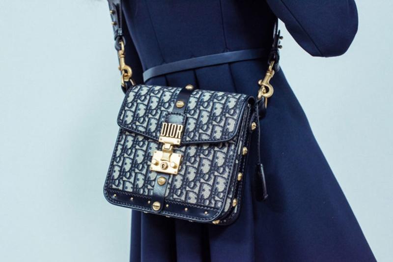 Không thể phủ nhận được sức hút của những chiếc túi xách in họa tiết mang logo, tên thương hiệu.