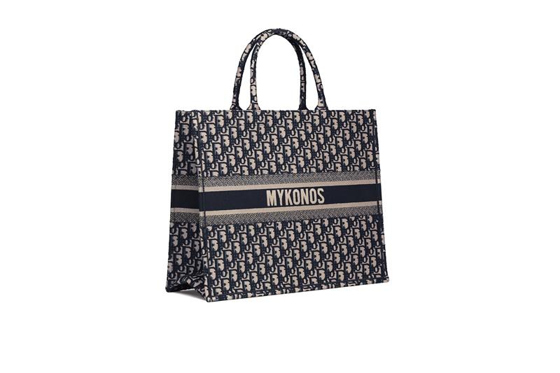 Thiết kế túi Book Tote của Dior với họa tiết Oblique đặc trưng của nhà mốt được sáng tạo từ năm 1967 bởi NTK Marc Bohan - cựu Giám đốc Sáng tạo của Dior.