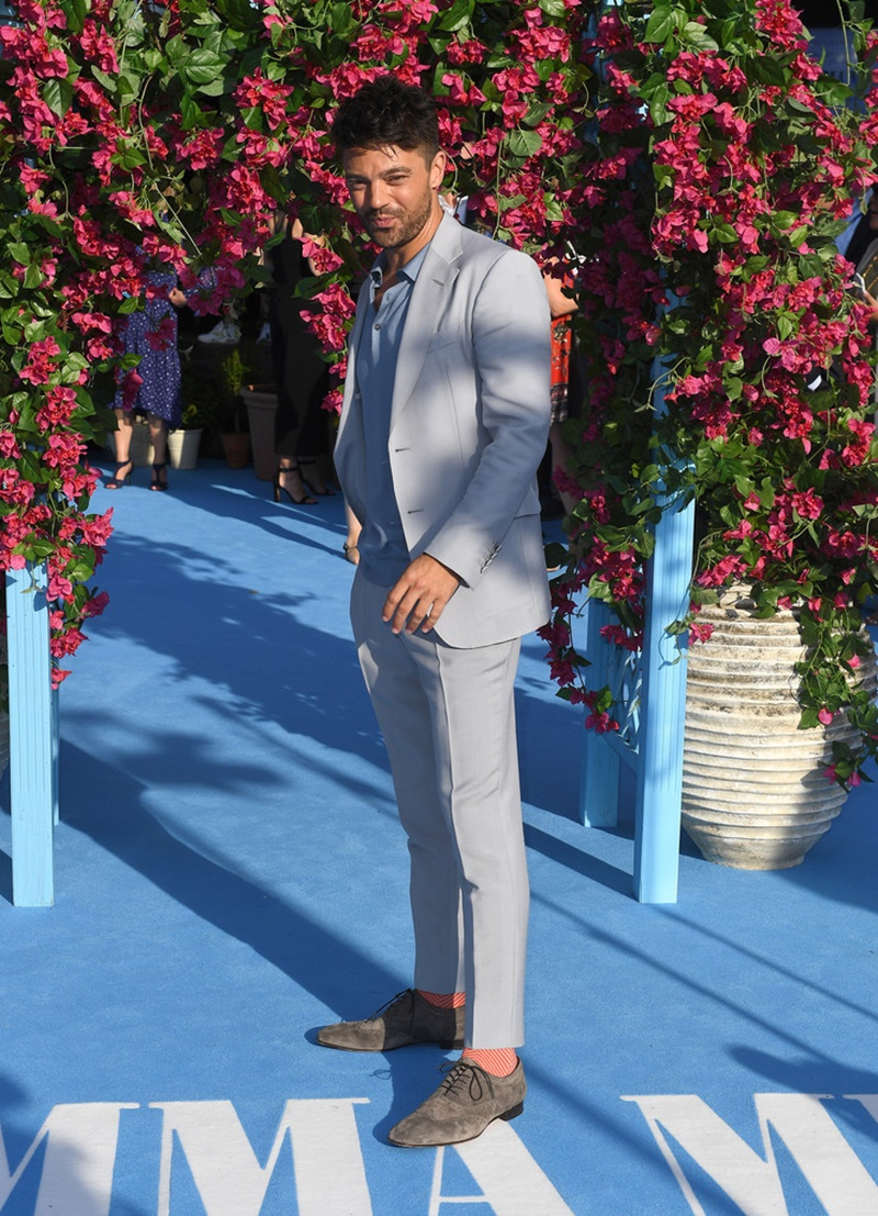 Dominic Cooper - con rể của nhân vật Donna - mặc suit với tông màu nhã nhặn. Anh chọn áo polo thay vì áo sơ mi mặc bên trong; phối cùng giày buộc dây bằng da lộn.