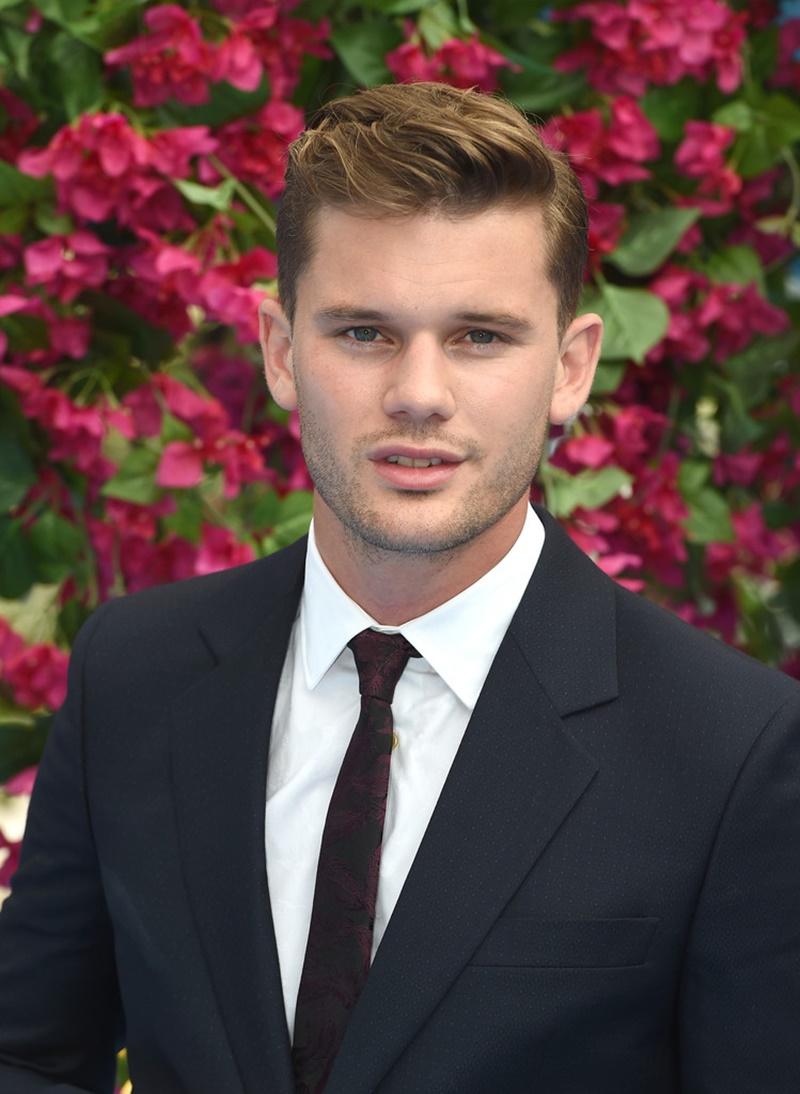 Nam diễn viên trẻ Jeremy Irvine sẽ vào vai Sam thời trẻ - nhân vật của Pierce Brosnan.