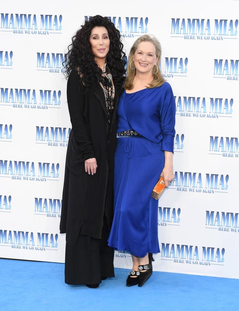 """Cher (trái) và Meryl Streep trên thảm đỏ sự kiện công chiếu phim """"Mamma Mia! Here We Go Again"""""""