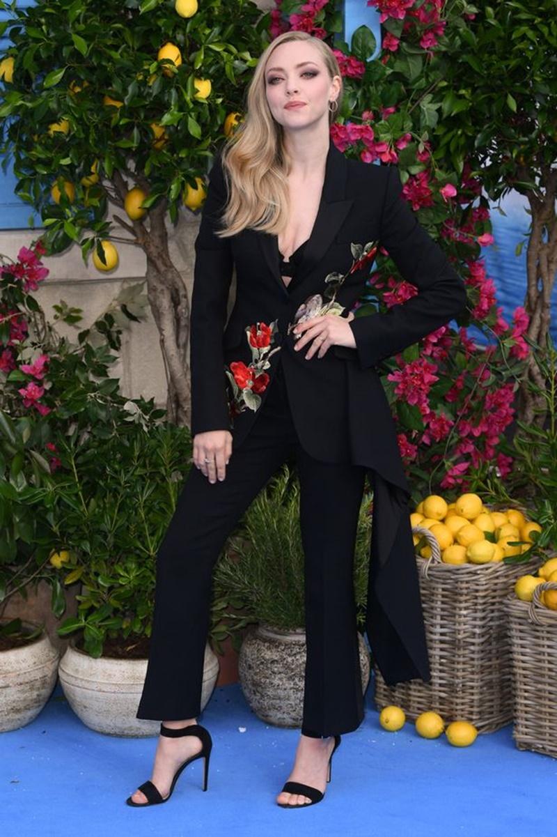 Bộ suit nổi bật với những họa tiết hoa được thêu tinh tế, và phối cùng sandals cao gót thanh lịch.