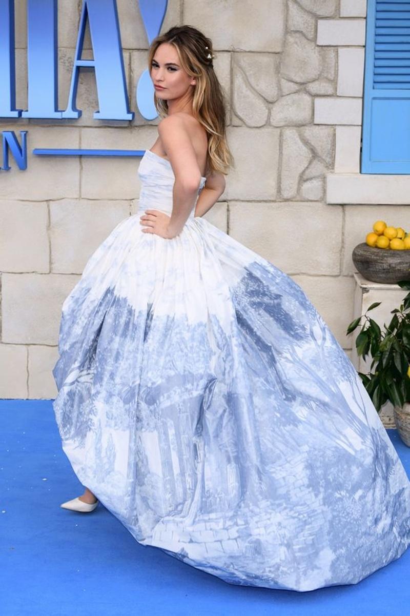 """Cô mặc thiết kế đầm mang phong cách """"công chúa"""" của Oscar de la Renta khoe vai trần."""