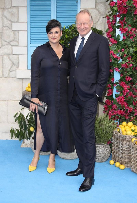 """""""Ông bố"""" thứ ba Stellan Skarsgård (vai Bill) cũng đến dự cùng vợ."""