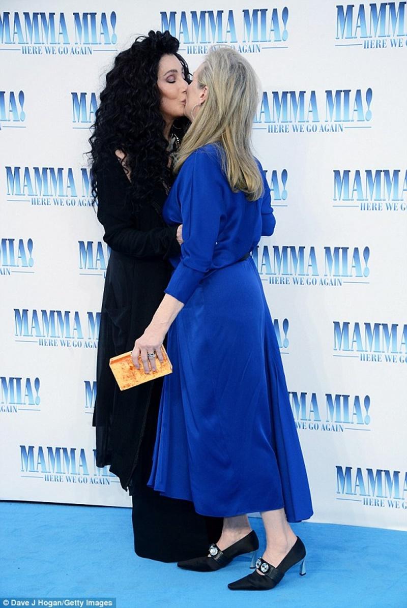 Hai nữ diễn viên đình đám thản nhiên khóa môi trước sự chứng kiến của mọi người.