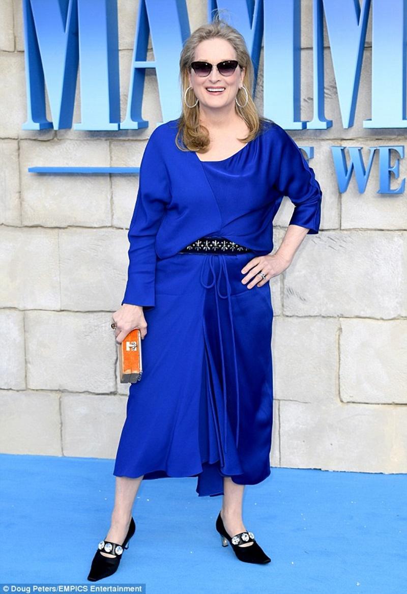 Nữ diễn viên Meryl Streep chọn một thiết kế đầm màu xanh hoàng gia thoải mái cùng cặp kính râm của Vista Sun.
