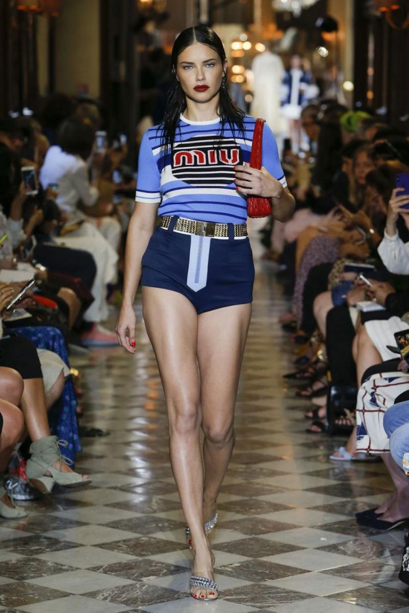 Chân dài người Brazil - cựu Thiên thần của Victoria's Secret - Adriana Lima cũng có mặt trên sàn catwalk.