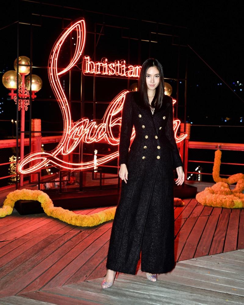Phong cách của Nong Poy biến đổi khá đa dạng. Tại một sự kiện của Christian Louboutin, cô mặc chiếc áo khoác dáng đầm để làm nền cho đôi giày Christian Louboutin lấp lánh.