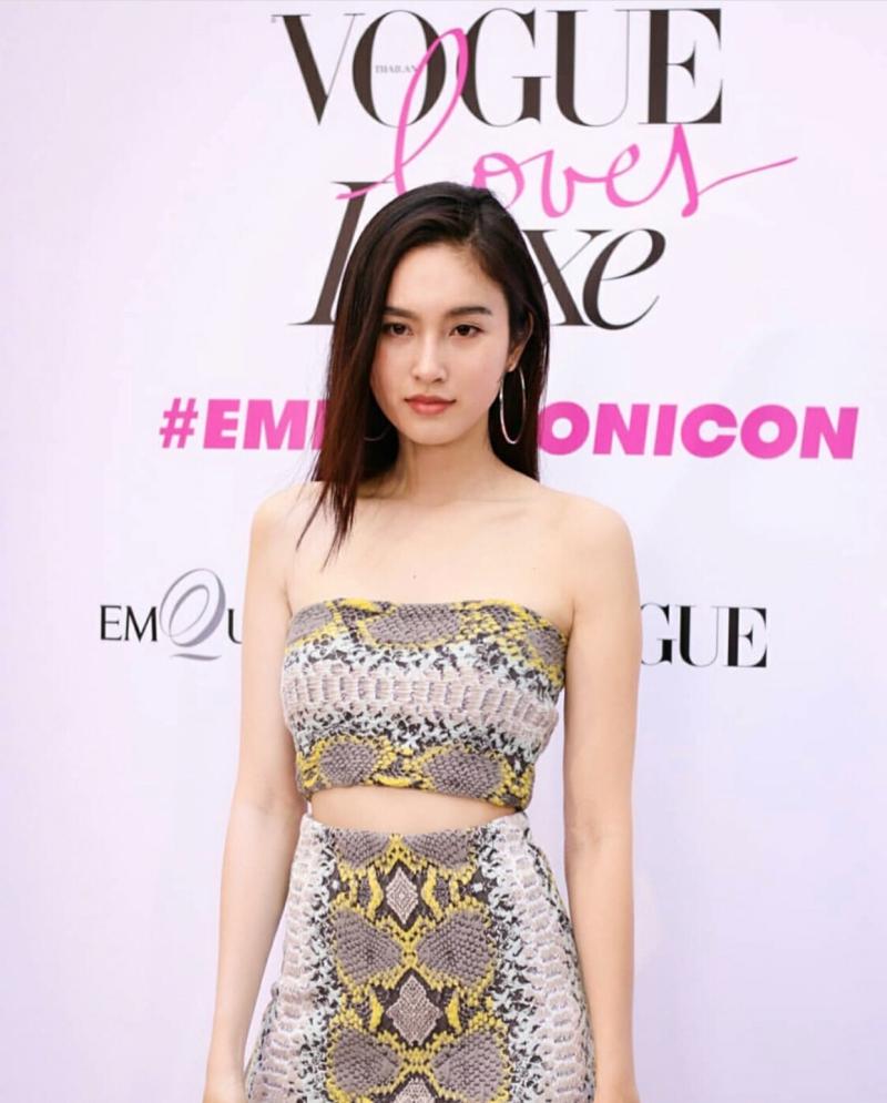 Lại là một thiết kế khác của Salvatore Ferragamo được người đẹp chọn mặc trong sự kiện của Vogue Thái Lan.