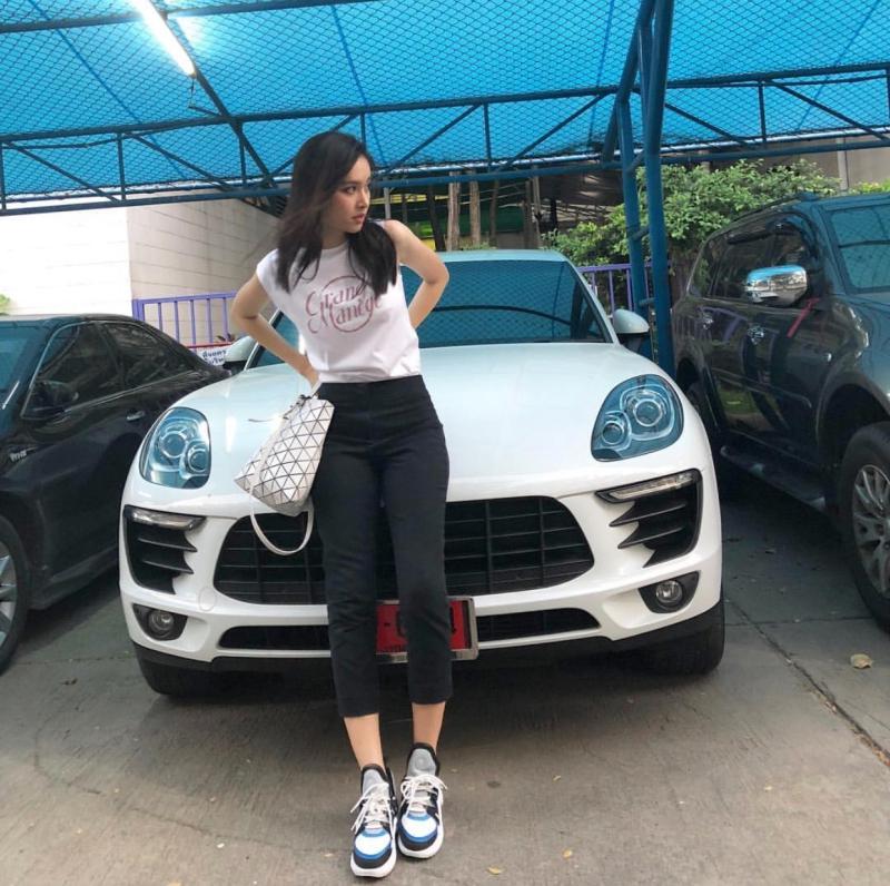 """Không chỉ gắn chặt với hình ảnh """"bánh bèo"""", Nong Poy cũng cực kỳ sporty trong đời thường. Cô nàng cũng sở hữu đôi giày """"cực phẩm"""" Archlight của Louis Vuitton trong mùa Xuân Hè 2018."""