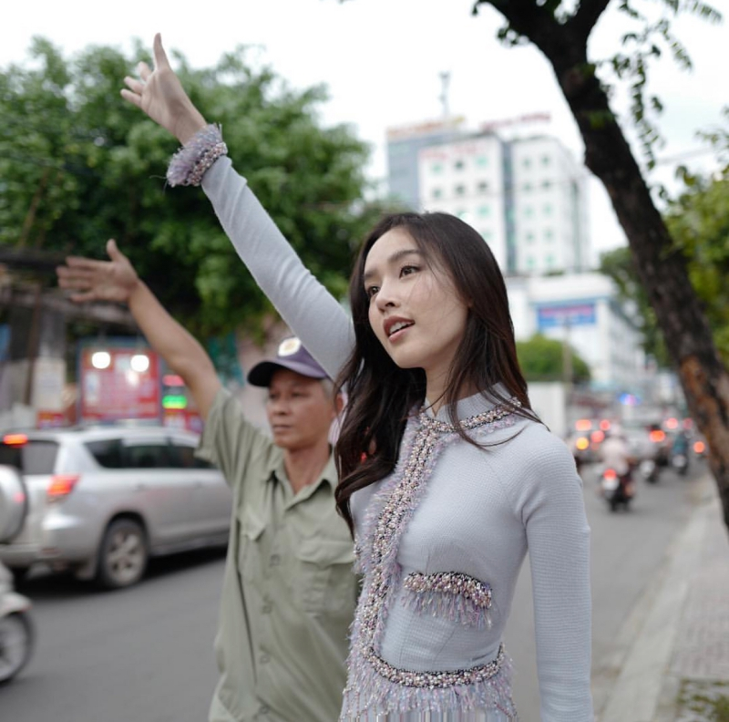 """Không những vậy, người đẹp sinh năm 1986 còn khiến dân tình """"xuýt xoa"""" không tiếc lời khen ngợi với hình ảnh đứng vẫy taxi ở Tp.HCM trong chiếc áo dài từ BST """"Coco Yêu Dấu"""" của NTK Nguyễn Công Trí."""