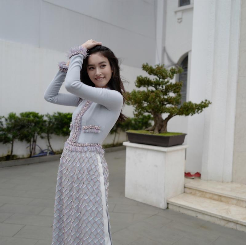 Mặc dù đã ngoài 30 nhưng Nong Poy vẫn sở hữu vẻ rạng rỡ và nữ tính khiến mọi người ngưỡng mộ.