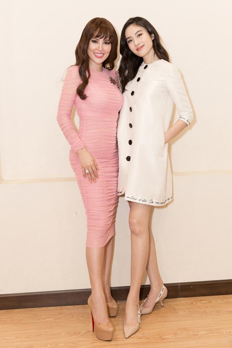 Hoa hậu chuyển giới Thái Lan 2004 xuất hiện cùng Hoa hậu Quý bà Hòa bình Thế giới 2017 Phương Lê tại sự kiện này. Trong khi Hoa hậu Phương Lê diện một thiết kế đầm tôn dáng tuyệt đối của Dolce & Gabbana thì Nong Poy chọn mặc đầm trắng dáng chữ A của NTK Công Trí.