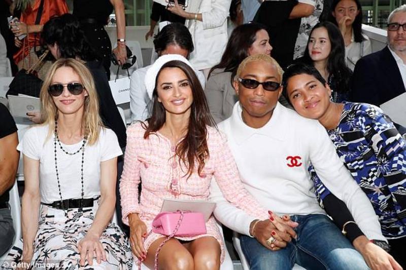 Cô ngồi hàng đầu trong show couture Thu Đông 2018 của Chanel cùng Vanessa Paradis (trái) và nam ca sĩ Pharrell Williams (phải).
