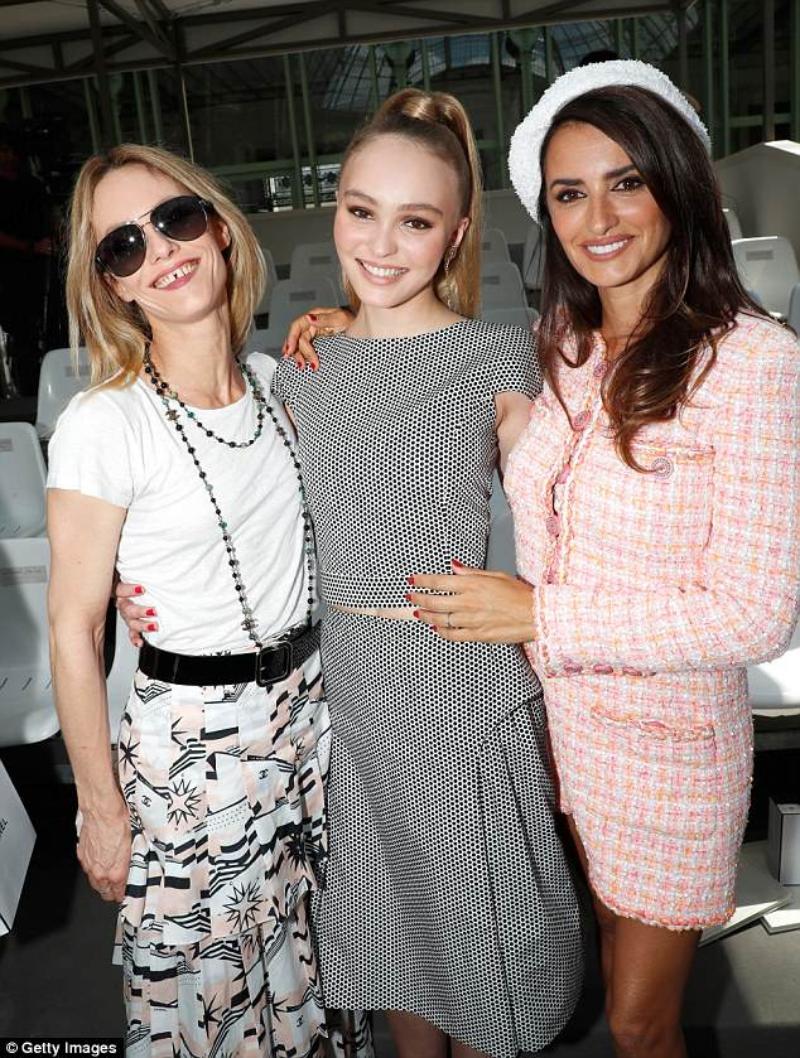 Penelope Cruz chụp hình cùng 2 đại sứ thương hiệu của Chanel là mẹ con diễn viên ca sĩ người Pháp Vanessa Paradis (trái) và Lily-Rose Depp (giữa).