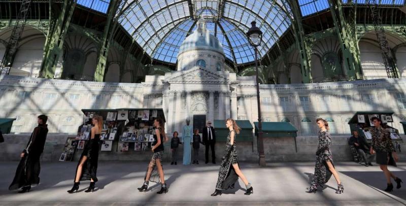 Không gian lung linh tuyệt đẹp của show couture Thu Đông 2018 dưới ánh nắng xuyên qua mái vòm kính của Grand Palais.