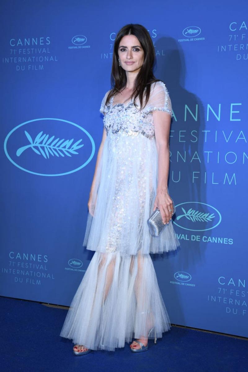 Lần đầu tiên trở thành khách mời trong show thời trang của Chanel từ năm 1999, Penelope Cruz thường xuyên mặc trang phục của Chanel trong các sự kiện lớn như giải Oscar, Liên hoan phim Cannes,... Trong hình, cô mặc trang phục trong BST Haute Couture Xuân Hè 2018 của Chanel tại tiệc tối Liên hoan phim Cannes lần thứ 71 vừa qua.