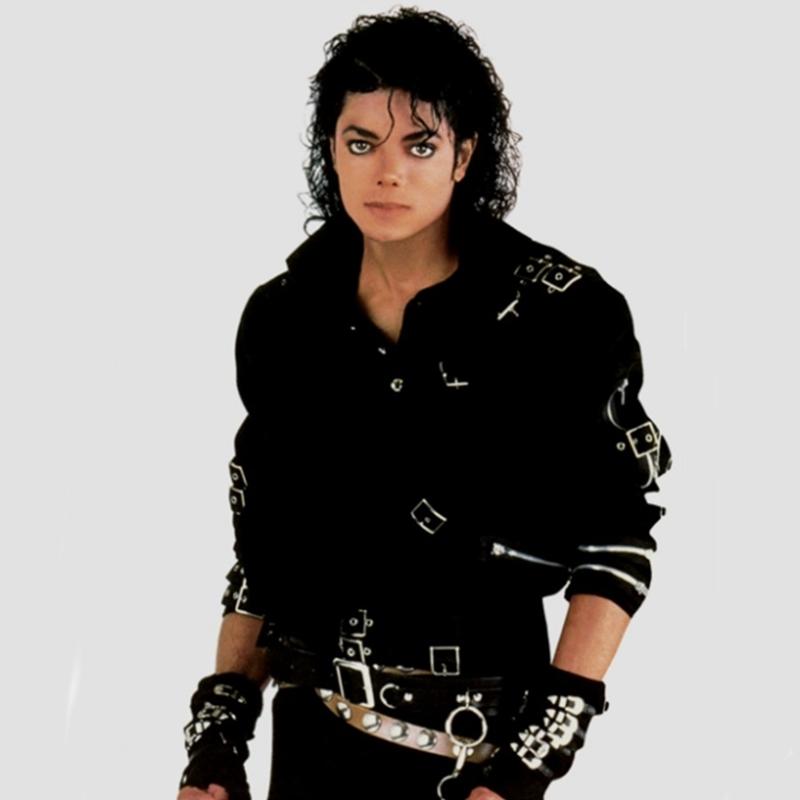 """Kế đến, mẫu motor jacket trong MV """"bad"""" của Michael tuy vẫn là áo khoác nhưng được pha trộn cá tính mạnh mẽ, mang hơi thở của môn thể thao tốc độ cũng để lại nhiều dấu ấn trong lòng người yêu thời trang."""