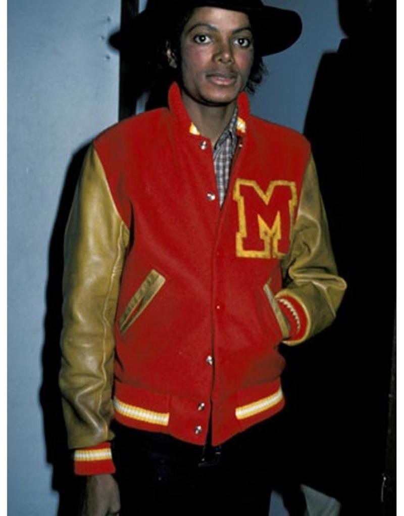 """Chiếc áo khoác Letterman lần đầu xuất hiện trong bộ phim ca nhạc ngắn """"Thriller"""" của MJ và ngay lập tức tạo nên cơn sốt phong cách áo khoác bóng chày, in chữ trên ngực."""