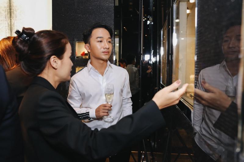 Nghệ sĩ violin Hoàng Rob mặc áo sơ mi của Dior Homme.