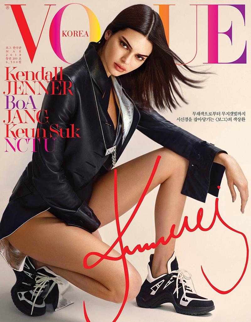 """Kendall Jenner mang đôi Louis Vuitton Archlight trên bìa """"kinh thánh thời trang""""."""
