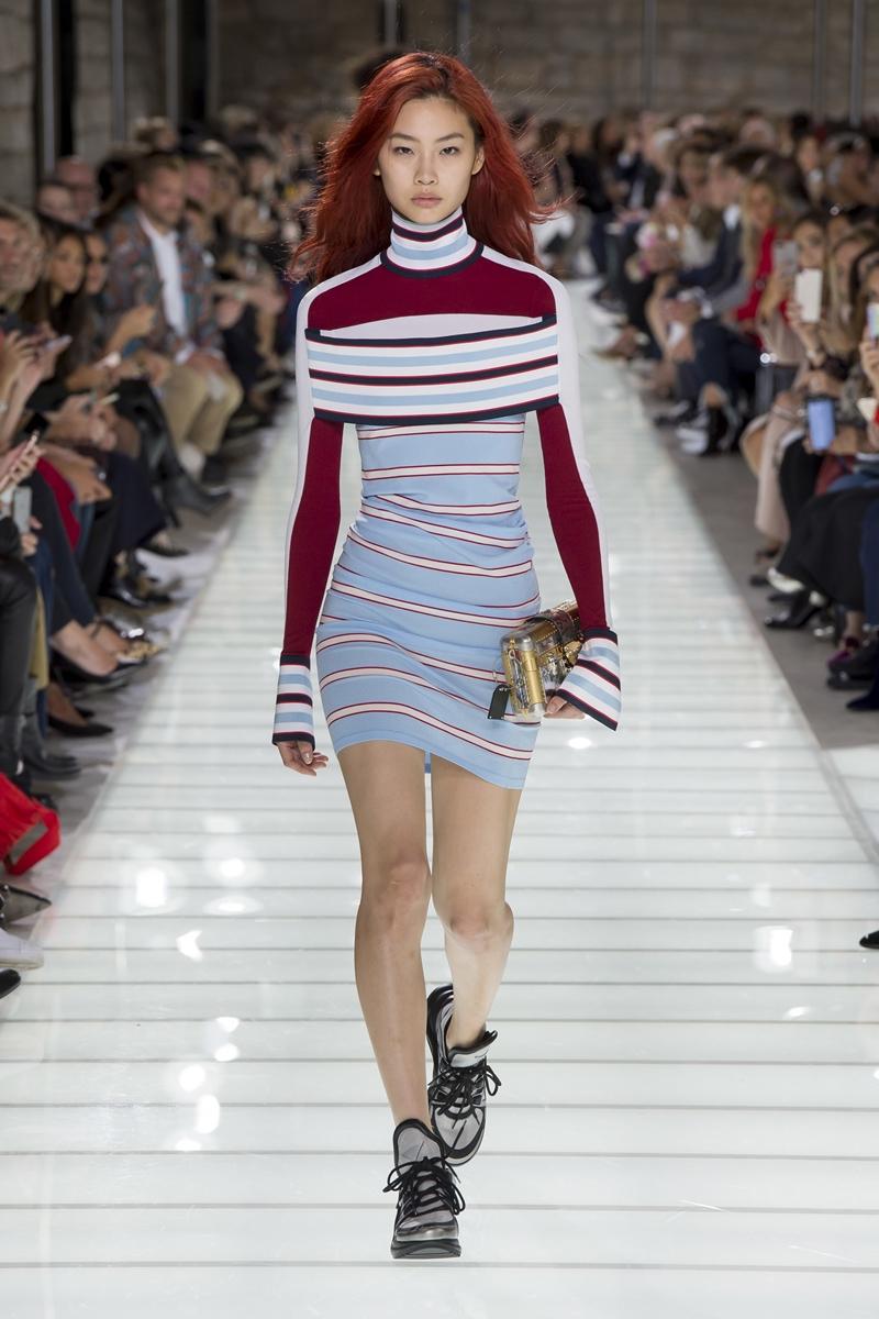 """Được biết, bộ váy của Quỳnh Anh Shyn mặc cũng nằm trong BST Xuân Hè 2018 của nhà mốt Louis Vuitton. Chính vì vậy mà từng đường kẻ sọc đến gam màu của bộ váy và đôi giày đều khá """"ăn rơ""""."""