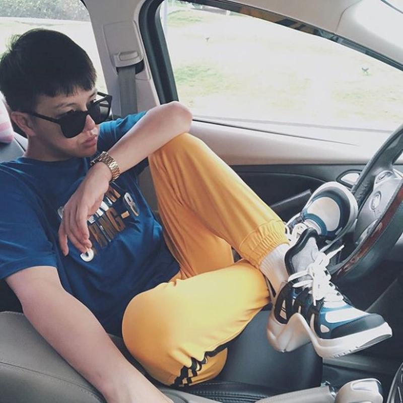 Diễn viên Duy Khánh Zhou Zhou cũng từng một đôi Louis Vuitton Archlight với quần jogger vàng và áo tee xanh biển vô cùng cá tính.