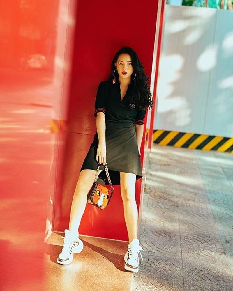 Hay đối với váy đơn giản, cùng phụ kiện là một chiếc túi xách cùng thương hiệu cũng đủ giúp nàng fashionista trở nên nổi bật hơn.