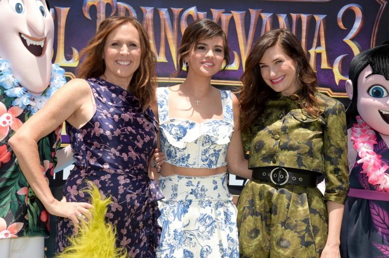 Cô còn xuất hiện cùng những nữ diễn viên tham gia lồng tiếng trong phim như Molly Shannon (trái) và Kathryn Hahn (phải).