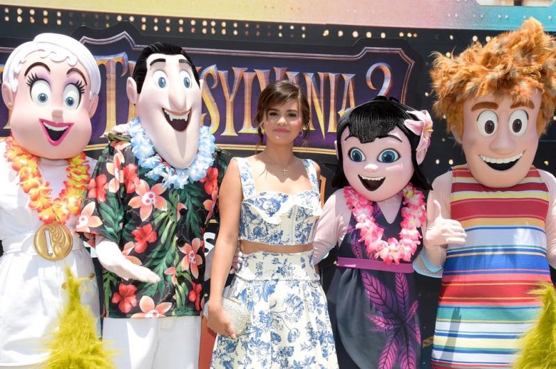 """Selena Gomez chụp hình cùng những hình mascot nhân vật trong phim """"Hotel Transylvania 3: Summer Vacation""""."""