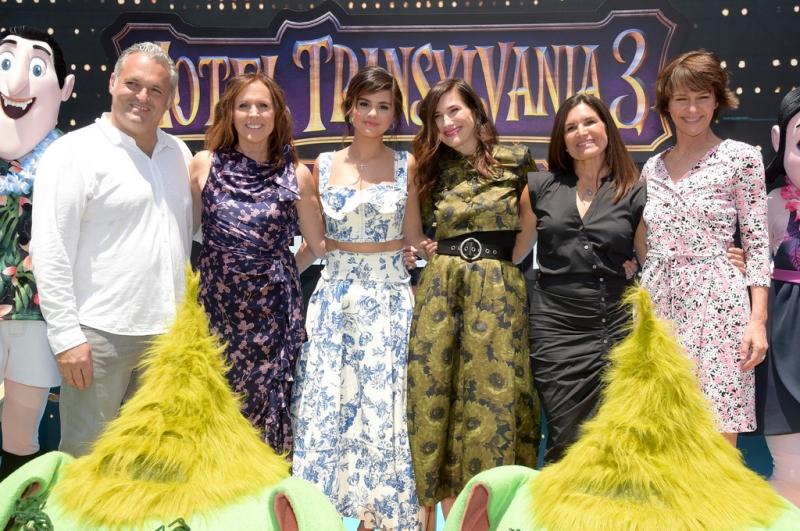 Các diễn viên lồng tiếng trong phim chụp hình cùng đạo diễn phim (ngoài cùng bên trái) và đại diện phía nhà sản xuất Sony Pictures Animation (đầm đen).