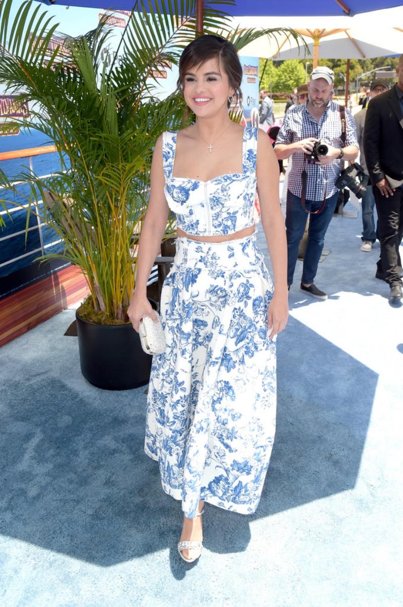 Selena Gomez trong thiết kế từ BST Resort 2019 của Oscar de la Renta.