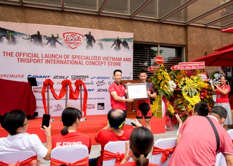 Đại diện của Trisport International (trái) và đại diện của hãng xe đạp đua Specialized.