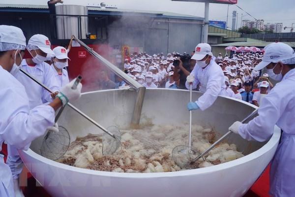 Xác lập kỷ lục Guinness tô phở bò ăn liền lớn nhất thế giới