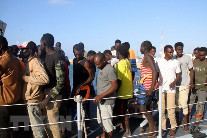 Khoảng 800 người di cư phá hàng rào biên giới để vào Tây Ban Nha