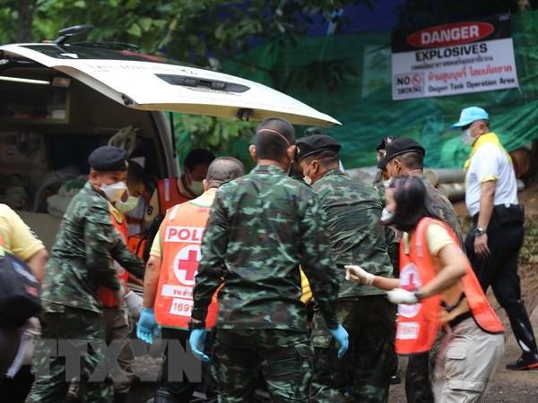 Nhiều bình dưỡng khí được chuyển tới hang Tham Luang