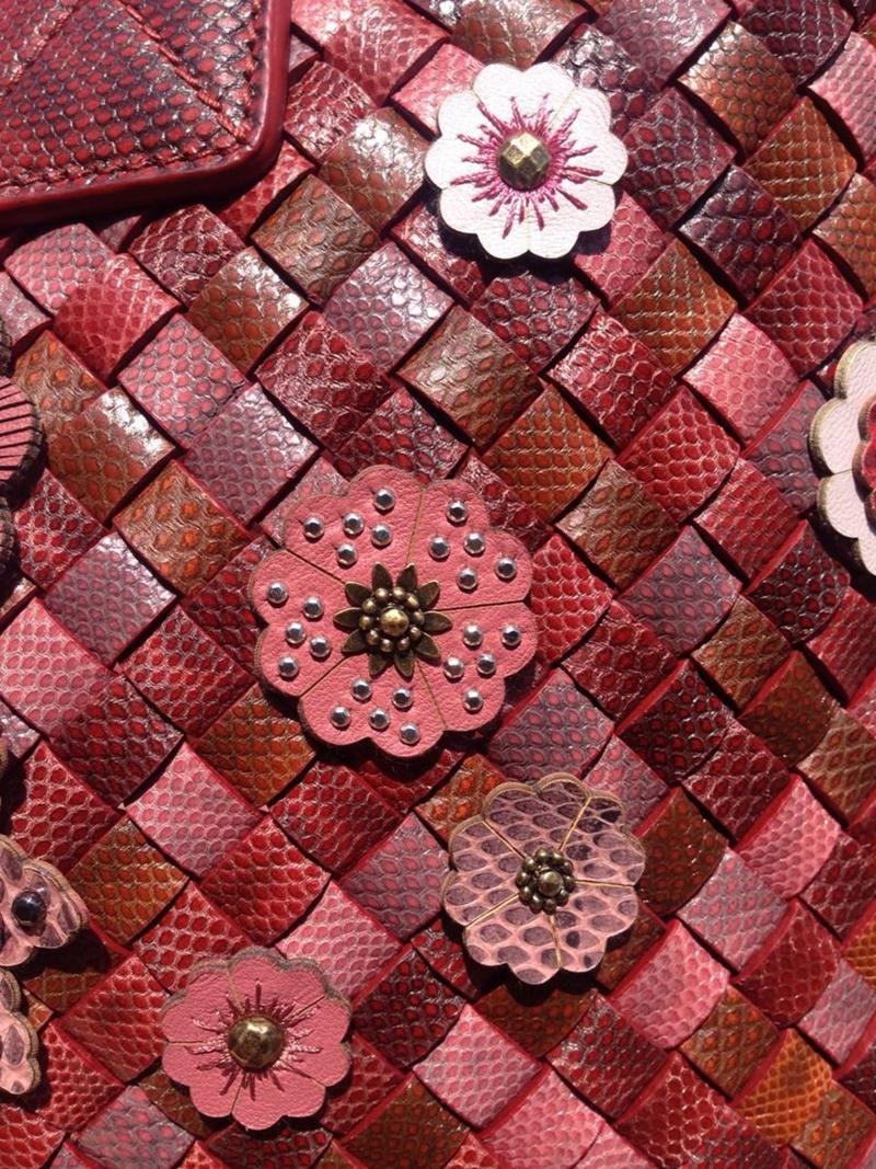 Khoảng 100 đóa hoa được đính trên thân túi với tông màu đỏ hồng cực kì bắt mắt.