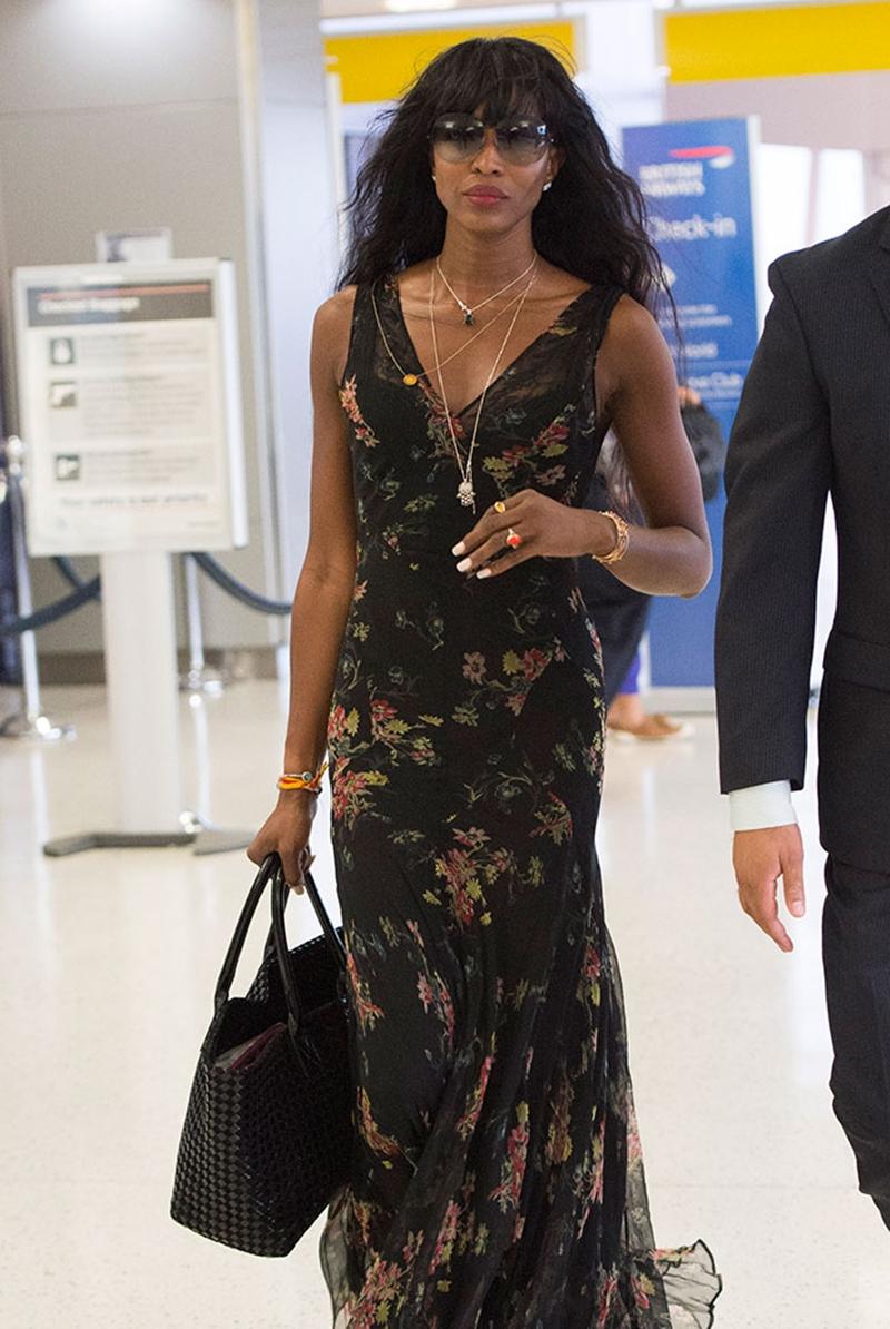 Siêu mẫu Naomi Campbell cũng sở hữu một chiếc túi xách giống làn đi chợ, nhưng với cỡ vừa.